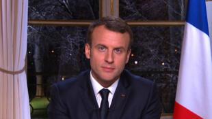 法國總統馬克龍除夕夜在愛麗舍宮對國人發表新年講話。