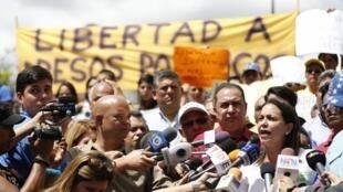 La líder de oposición, María Corina Machado (derecha), se expresa en una manifestación de apoyo al alcalde Caracas, el 20 de febrero de 2015.
