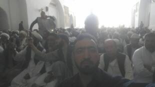 فردی هنگام پرتاب کفش به سوی گلبدین حکمتیار در مسجد جامع هرات.