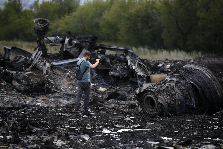 Jornalista fotografa destroços do avião da Malaysia Airlines, que caiu na quinta-feira no leste da Ucrânia.