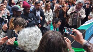 Pianiste et compositeur syrien Malek Jandali  joue sur un piano publique dans le milieu d'une foule dans une station de chemin de fer commercial à Paris.
