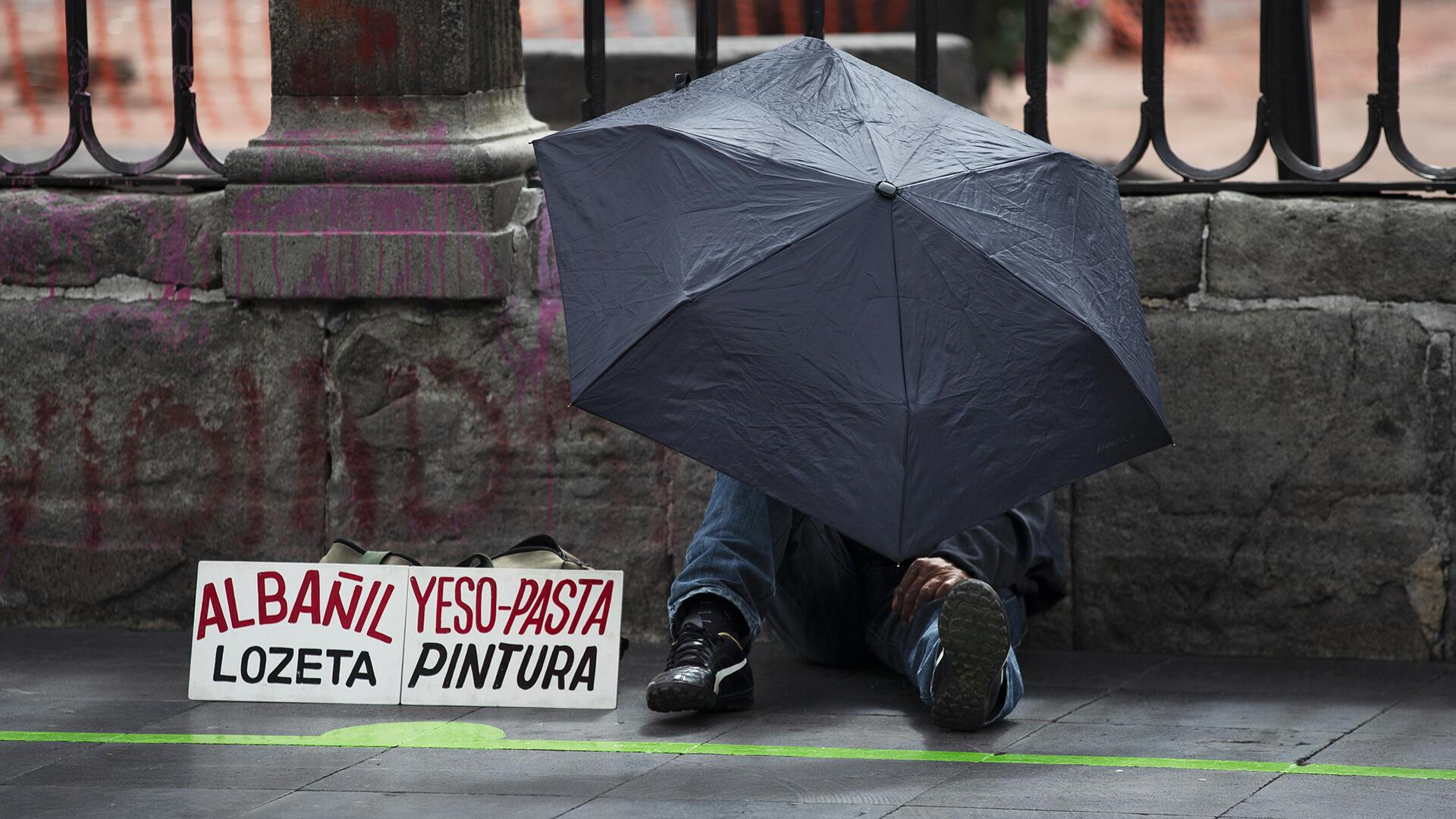 Un hombre ofrece sus servicios en la plaza del Zócalo en México.