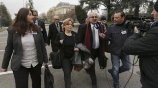 Membros da oposição síria: Rima Fleihan (esq.), Suheir Attasi (2° esq.) e Abdulhahad (3° esq.) na chegada à conferência de Genebra 2, 25 de janeiro de 2014.