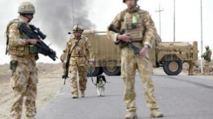 Des soldats britanniques sécurisent une route au sud de Bagdad en décembre 2007.