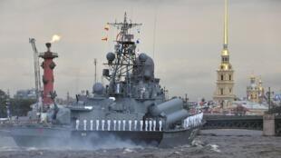 Thủy thủ xếp hàng nghiêm chỉnh trên một chiếc tàu tên lửa cỡ nhỏ Passat nhân ngày Hải Quân tại Saint Petersburg, Nga, 28/07/2019.