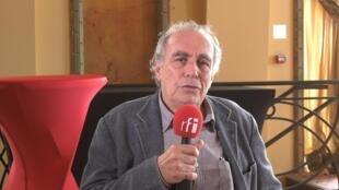Cineasta brasileiro Julio Bressane durante entrevista em Biarritz