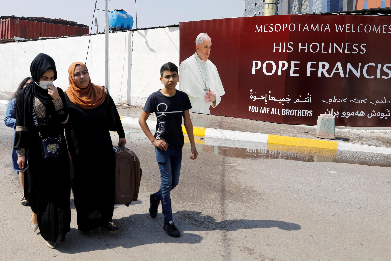 Muchos carteles de bienvenida cubren las paredes de Bagdad antes de la llegada del Papa.