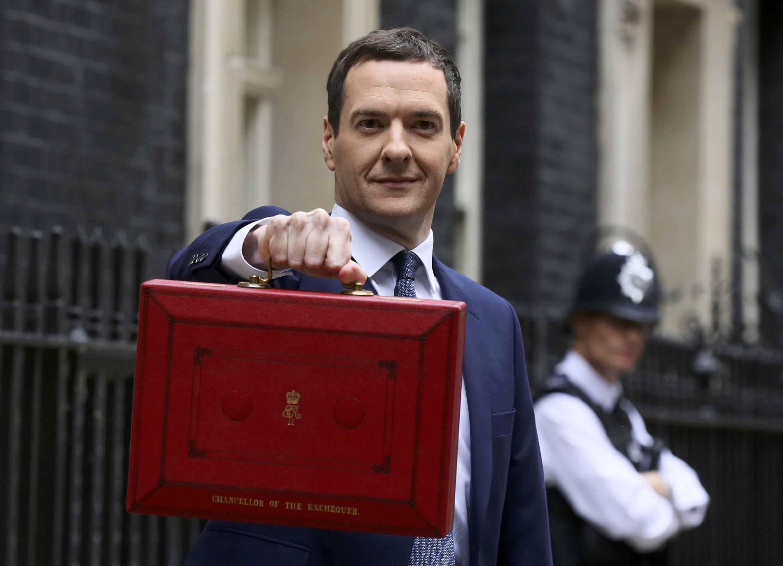 Diante do Parlamento, o ministro das Finanças, George Osborne, exibe maleta com o orçamento