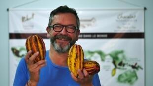 Christophe Berthelot-Sampic, avec des cabosses de cacaoyers sauvages, rapportées de Brickaville. D'après le maître chocolatier, 2019 sera un cru exceptionnel pour le chocolat malgache (comparé à 2018 et 2017) car la météo a été très favorable aux cacaoyers