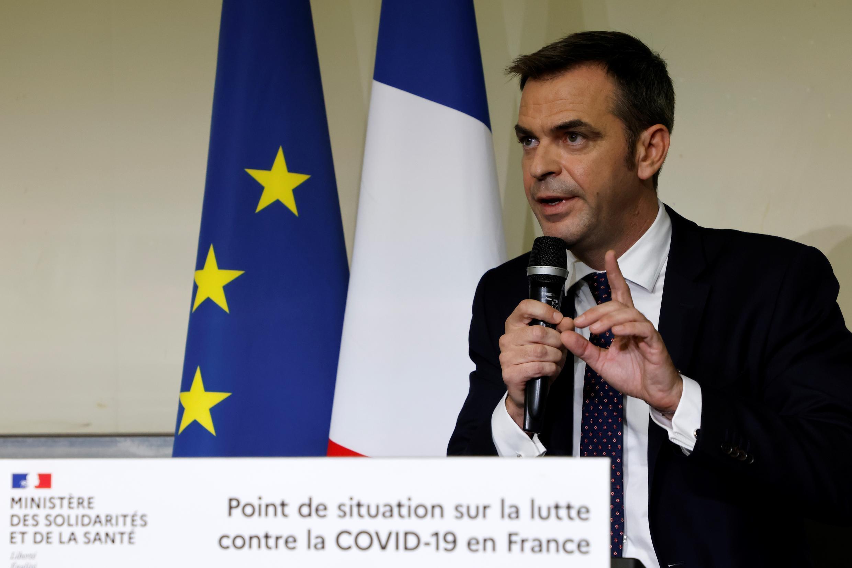 El ministro francés de Salud, Olivier Veran, habla durante una conferencia de prensa sobre la pandemia covid-19 en el hospital Bichat-Claude-Bernard de París, el 1º de octubre de 2020