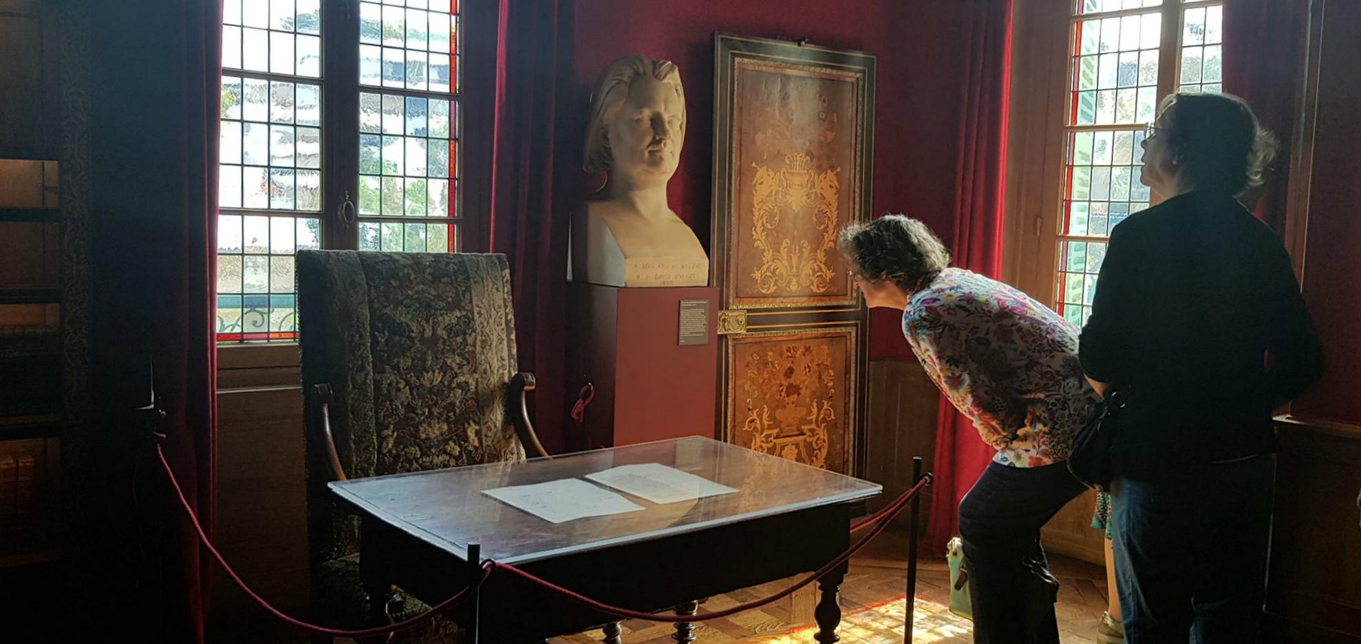 """O gabinete que o escritor Honoré de Balzac ocupou entre 1840 e 1847, onde escreveu sua obra-prima, """"A Comédia Humana""""."""