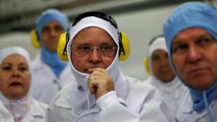 圖為巴西農業部長瑪奇2017年3月21日視察一家出口肉類加工廠