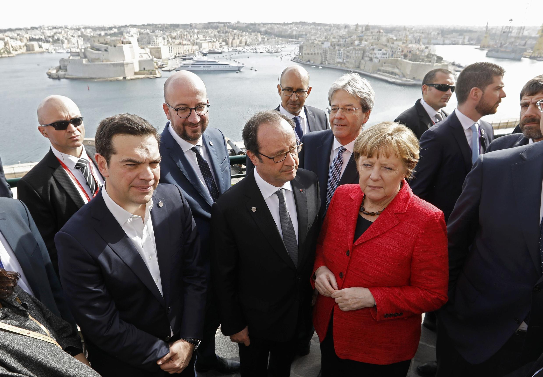 Lãnh đạo 28 nước châu Âu họp tại Malta, để đối phó với khủng hoảng nhập cư. Từ trái qua phải, thủ tướng Hy Lạp Tsipras, tổng thống Pháp Hollande, thủ tướng Đức Merkel.