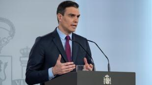 El presidente del gobierno español, Pedro Sánchez, explica el plan de desconfinamiento el 28 de abril de 2020 en el Palacio de La Moncloa, en Madrid
