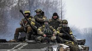 Membros do exército ucraniano perto de Debaltseve, no oeste da Ucrânia.