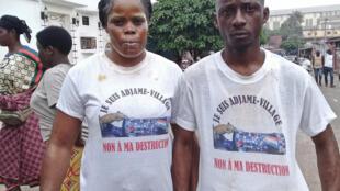 A Abidjan, deux habitants d'Adjamé-village manifestent contre les déguerpissements liés aux travaux du quatrième pont. Leur visage est barbouillé de kaolin et de citron pour, disent-ils, se protéger des gaz lacrymogènes des forces de l'ordre.