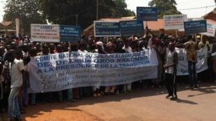 Manifestation spontanée de soutien à un candidat à la présidence de la transition, sous l'œil de la Misca, devant l'Assemblée nationale à Bangui, le 17 janvier 2014.