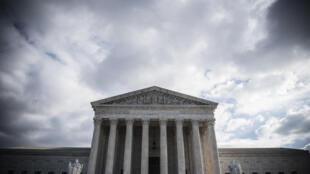 Esta foto de archivo del 24 de diciembre de 2018 muestra la entrada a la Corte Suprema de Estados Unidos en Washington