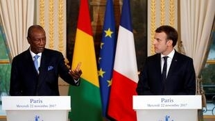 Guinean president Alpha Condé meets with French president Emmanuel Macron in  Paris on  22 November 2017.
