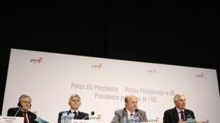 De gauche à droite: le président de la BCE Jean-Claude Trichet, le président de la Banque nationale de Pologne Marek Belka, le ministre polonais des Finances Jacek Rostowski, et le commissaire européen aux Services financiers, Michel  Barnier.