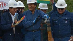 Le président bolivien Evo Morales a lui-même ouvert les vannes du puits de pétrole de Boqueron Norte, lors de l'inauguration, le 18 juin 2015.