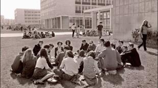 Un grupo de estudiantes en el campus de la Universidad de Nanterre, el 29 de marzo de 1968.