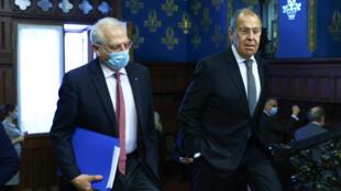 El ministro de exteriores ruso Serguéi Lavrov (dcha) junto al jefe de la diplomacia europea Josep Borrell en Moscú, Rusia, el 5 de febrero de 2021