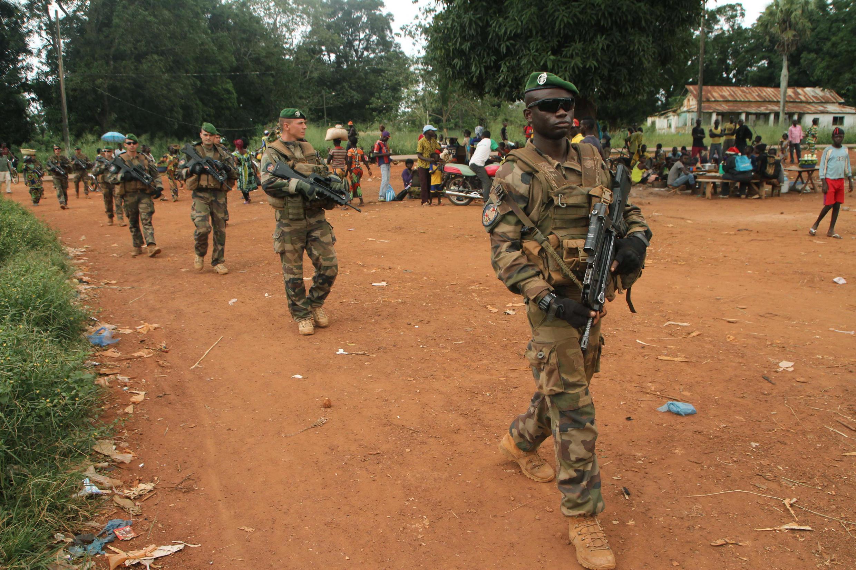 Askari wa Ufaransa wakikosi cha Sangaris, wakipiga doria katika mitaa ya Sibut, kaskazini mwa Bangui, Septemba 25, 2015. (Picha ya kumbukumbu).