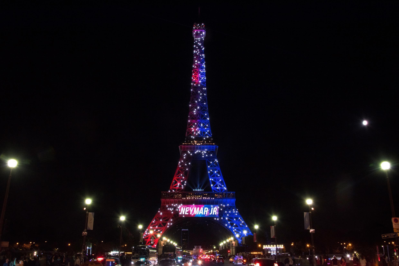 O nome de Neymar foi projetado na Torre Eiffel, em Paris. 05.08.17