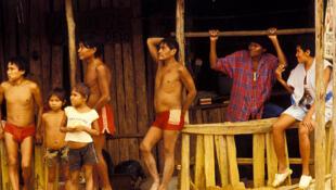 Indigenas Yanomami trabajan en explotaciones mineras que han ocupado sus tierras