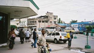 Vendeurs ambulants au terminus des autocars à Mombassa en 2006. (Image d'illustration).