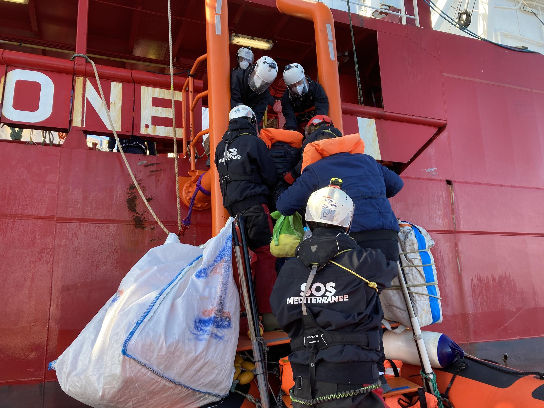 Les dix personnes montent à bord de l'Ocean Viking alors que le dernier homme est, lui, récupéré par les garde-côtes libyens.