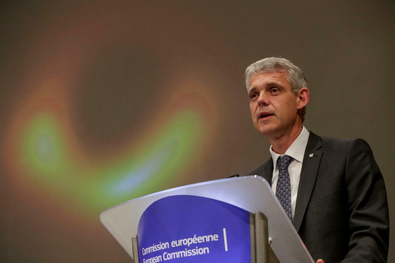 El gran especialista de agujeros negros, el astrónomo alemán Heino Falcke, profesor de la Universidad Radboud de Nijmegen (Holanda) fue quien presentó la primera imagen de un agujero negro en la conferencia de prensa en Bruselas, en la Comision Europea.