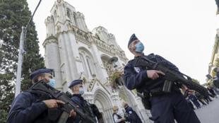Policiais em frente à basílica em Nice (França), 29 de outubro de 2020, após o ataque com faca que matou 3 pessoas.