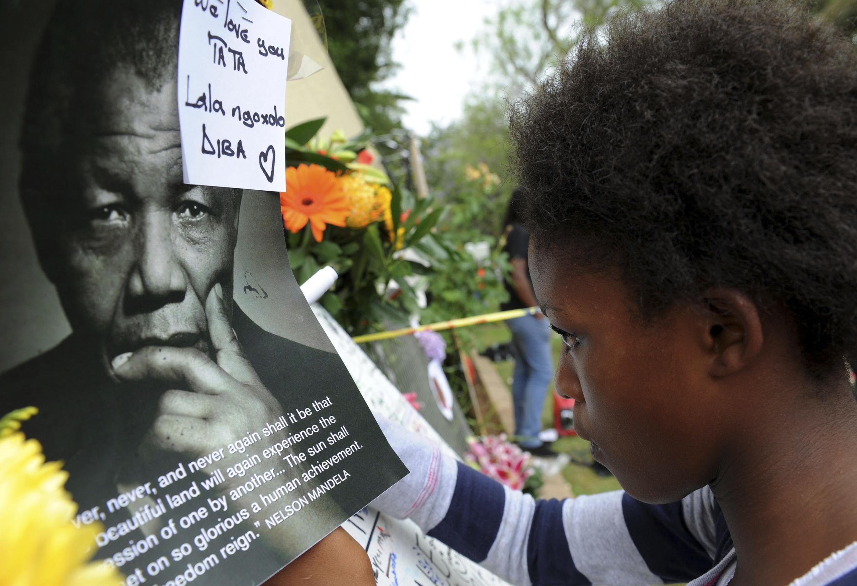 Sul-africanos se concentram em frente à casa de Nelson Mandela, em Johanesburgo.
