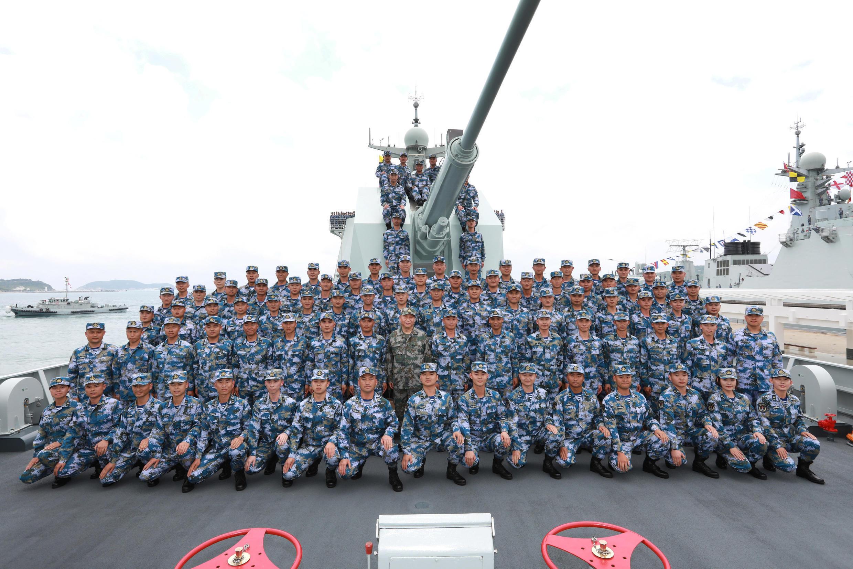 Chủ tịch Trung Quốc Tập Cận Bình (áo xanh lục ở giữa) chụp ảnh chung với các binh sĩ trên khu trục hạm Trường Sa (Changsha), Biển Đông, ngày 12/04/2018