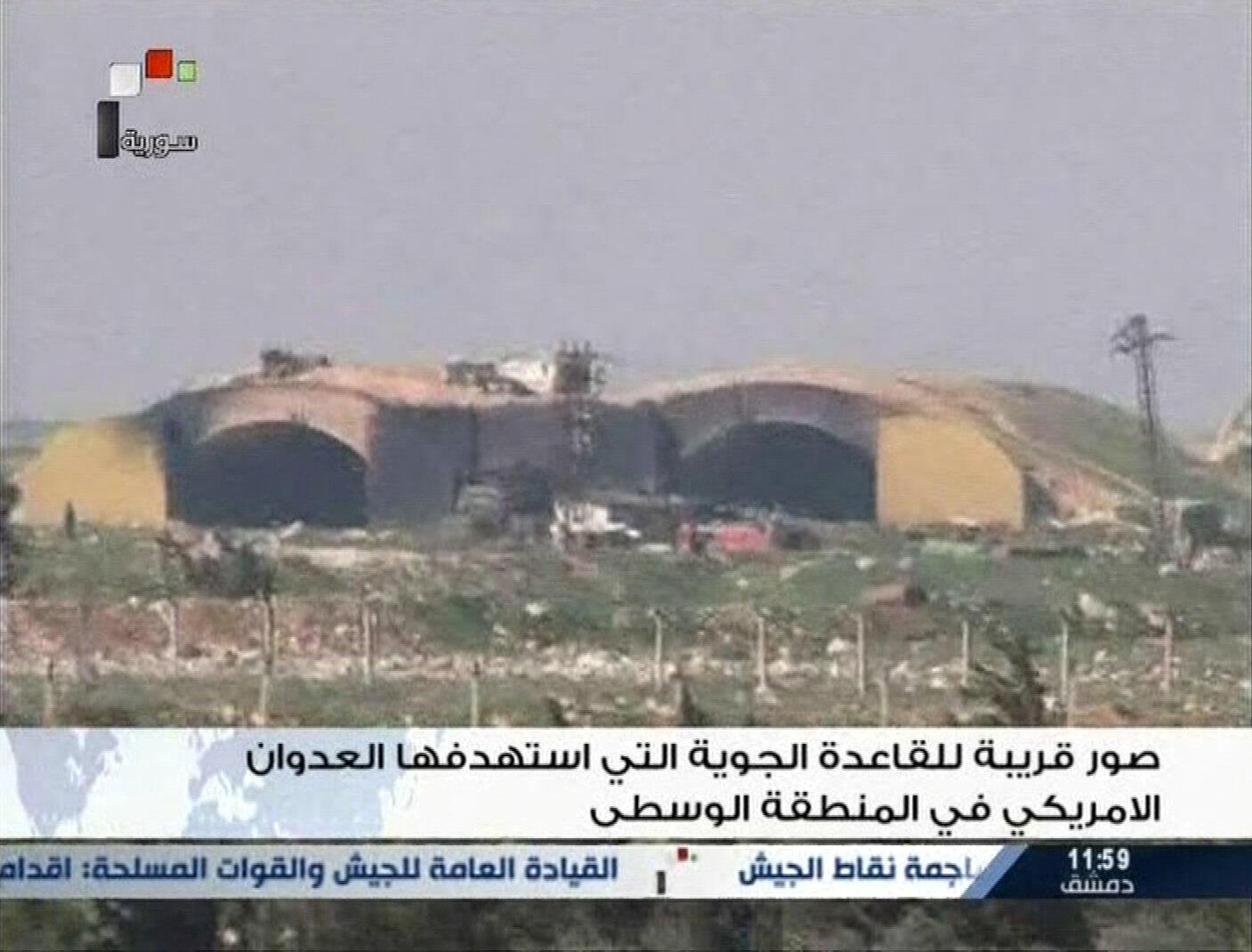 Ảnh chụp ngày 07/04/2017 từ kênh truyền hình nhà nước Syria cho thấy căn cứ không quân, gần thành phố Homs, bị Hoa Kỳ không kích.