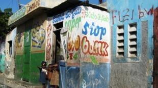 Dans les ruelles du bidonville de Cité Soleil.