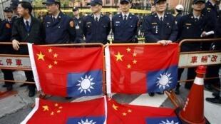 兩岸第六次江陳會台北舉行,警方嚴陣以待示威民眾2010年12月21日