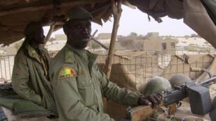 Soldats maliens en faction le 2 mai 2016 à Tombouctou, dans le nord du pays.