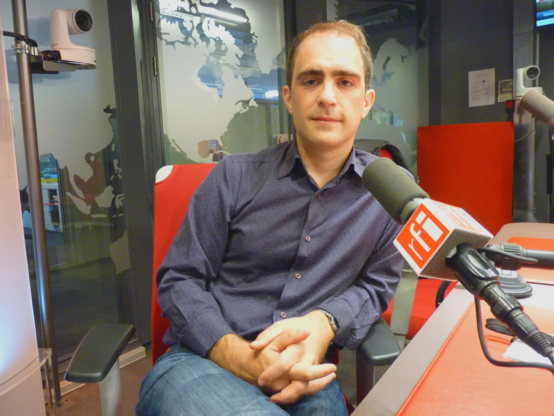 El escritor español Marcos Eymar en los estudios de RFI.