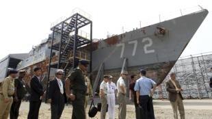 Viên chức tình báo các nước Châu Á Thái Bình Dương quan sát xác tàu Cheonan tại căn cứ hải quân Pyeongtaek, phía nam Seoul ngày 11/6/2010.