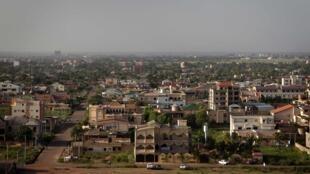 Malgré l'interdiction instaurée en 2015 par le gouvernement, les sacs plastiques sont toujours présents au Burkina Faso . Photo  : vue générale de Ouagadougou.