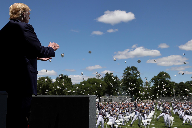 Tổng thống Mỹ Donald Trump vỗ tay khi các sĩ quan vừa tốt nghiệp Học Viện Quân Sự West Point (New York - Hoa Kỳ) tung mũ lên trời sau buổi lễ tốt nghiệp ngày 13/06/2020.