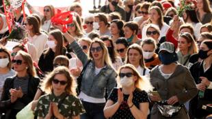 Mujeres desfilan en las calles de la capital bielorrusa durante una protesta contra el presidente Alexander Lukashenko, el 26 de septiembre en Minsk