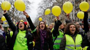 """Mulheres organizaram passeatas para mostrar que movimento dos """"coletes amarelos"""" pode ser pacífico"""