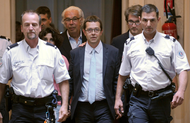 O médico Bonnemaison (centro) deixa o Tribunal de Pau depois de ser inocentado.