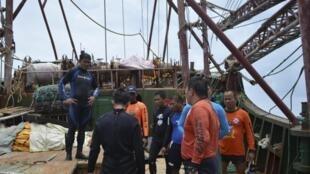 Des gardes-côtes philippins inspectent un navire chinois échoué dans le récif de Tubbataha.