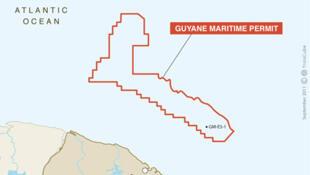 Le puits GM-ES-1 où a été trouvé le pétrole, se trouve au sud de la zone de permis de Guyane Maritime (en rouge), au large de Cayenne.