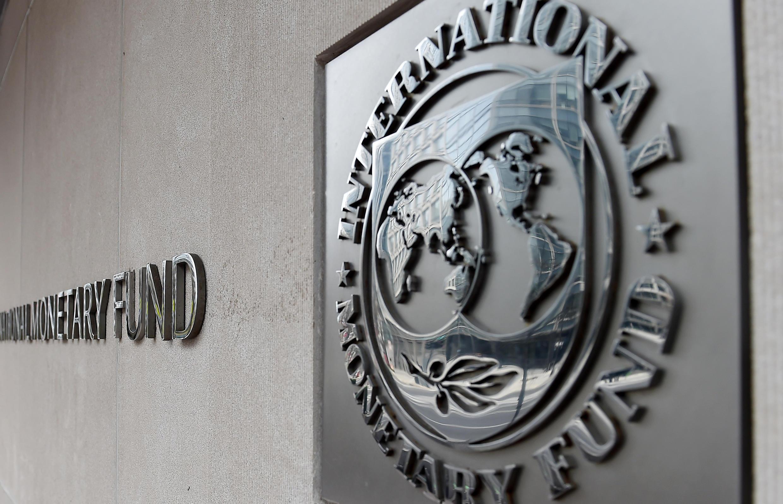 Un logotipo del FMI situado en el exterior del edificio sede de la institución, en una imagen tomada el 27 de marzo de 2020 en Washington